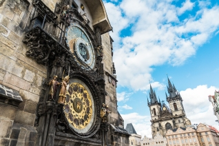 astronomical-clock-in-the-old-town-square-prague-picjumbo-com